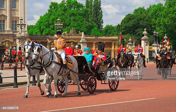 trooping the color ceremony buckingham palace - british royalty stock-fotos und bilder