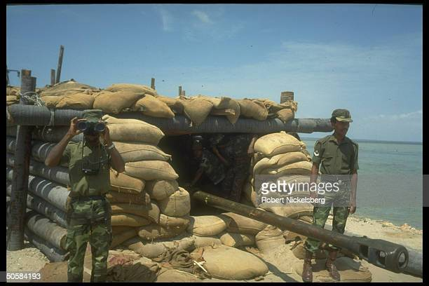 Troops at bunkered artillery post as Colombo govt forces battle Liberation Tigers of Tamil Eelam rebels for control of besieged Jaffna Fort