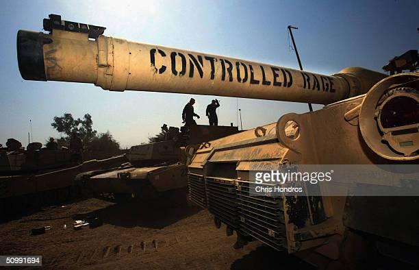 us troops patrol the sadr city neighbourhood of baghdad - guerre irak char homme photos et images de collection