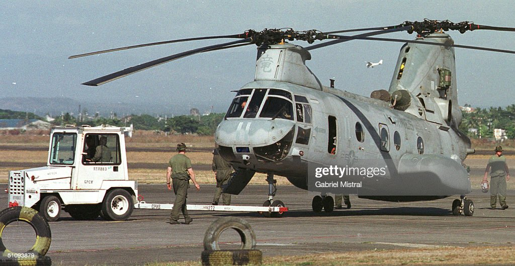 U S Troops Tow A Ch 53 Super Stallion Helicopter April 23 2002 At The Philippine Air Fo : ニュース写真