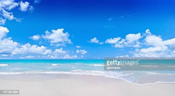 Tropischen Strand und einem wolkigen deep blue sky