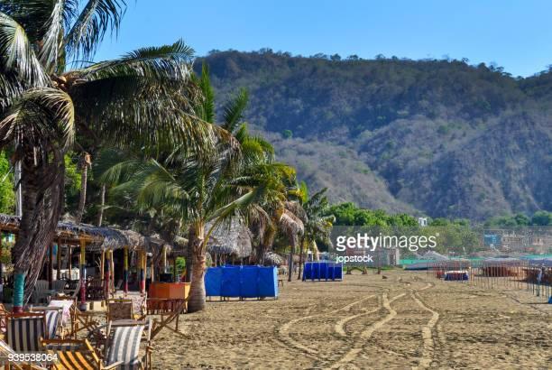tropical beach in puerto lopez, ecuador - ecuador fotografías e imágenes de stock