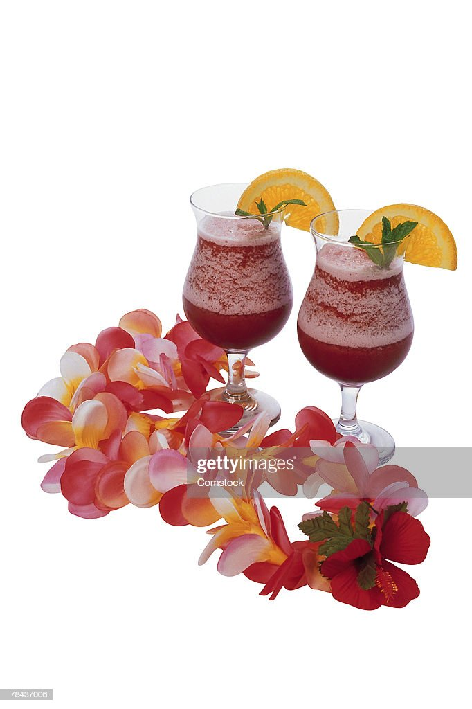 Tropical drinks and lei : Stockfoto