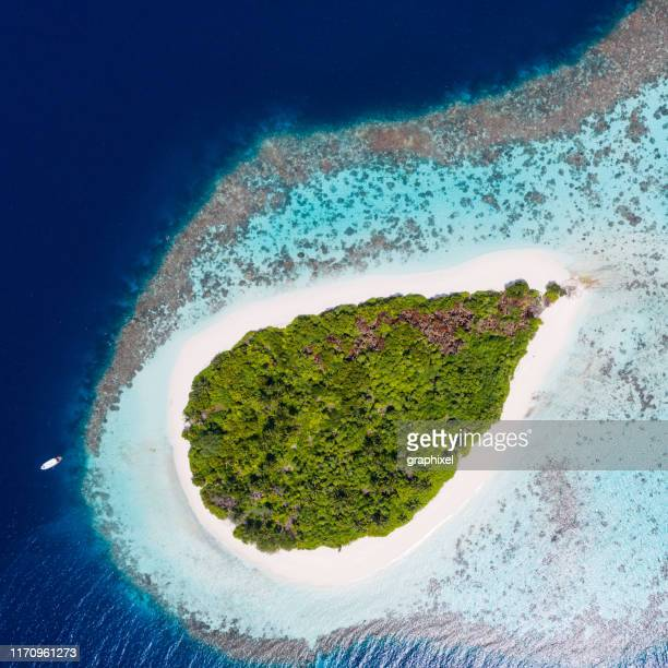 tropical island in the ocean - atoll stock pictures, royalty-free photos & images