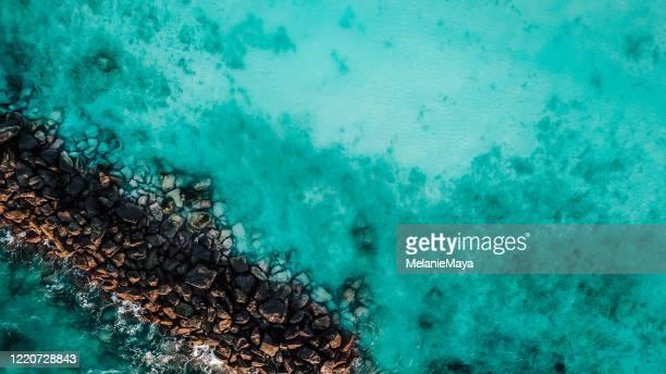 lagune tropicale avec des barrières de récif d'en haut - océan indien photos et images de collection