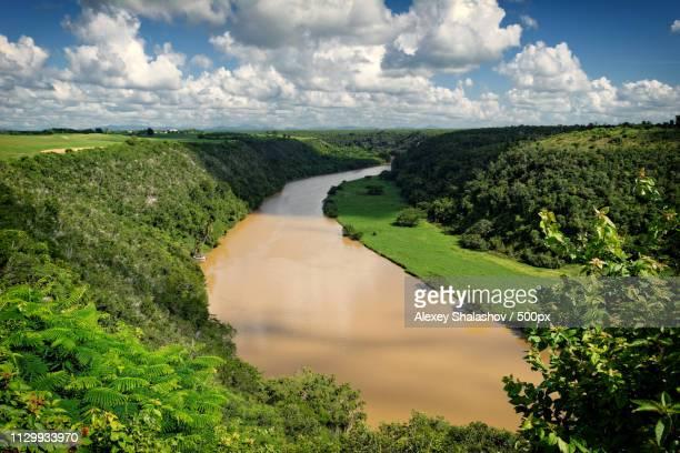 tropical river chavon - casa stockfoto's en -beelden