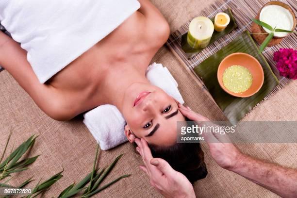 tropical spa y wellness. hombre joven relajada masaje de manos - piel bonita mujer desnuda tumbada fotografías e imágenes de stock