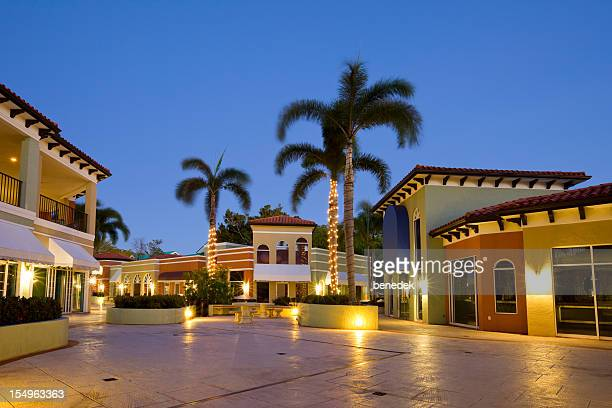 Tropical Strip Mall, Plaza