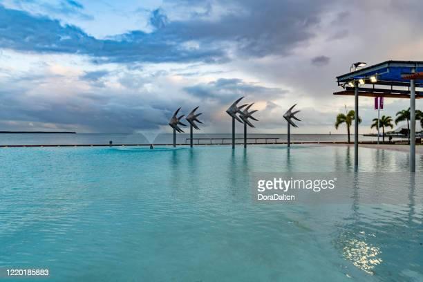 人工ビーチ、クイーンズランド、オーストラリアとケアンズのエスプラネードの熱帯水泳ラグーン - ケアンズ ストックフォトと画像