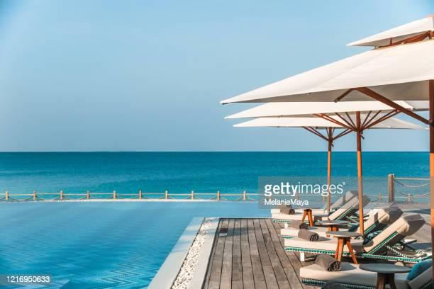 piscine tropicale aux maldives - chaise longue photos et images de collection