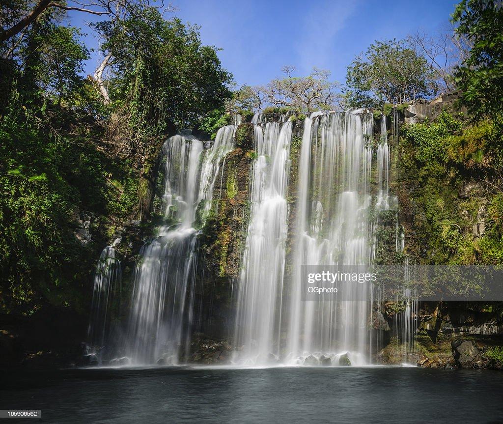 Cascada Tropical en un día soleado : Foto de stock