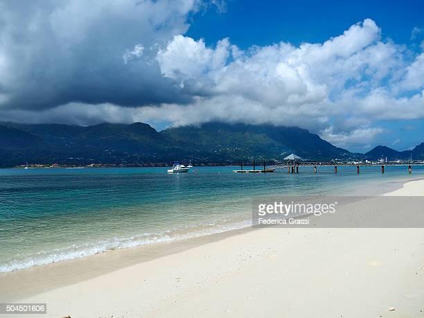 tropical white sand beach at seychelles - hawaii inselgruppe stock-fotos und bilder