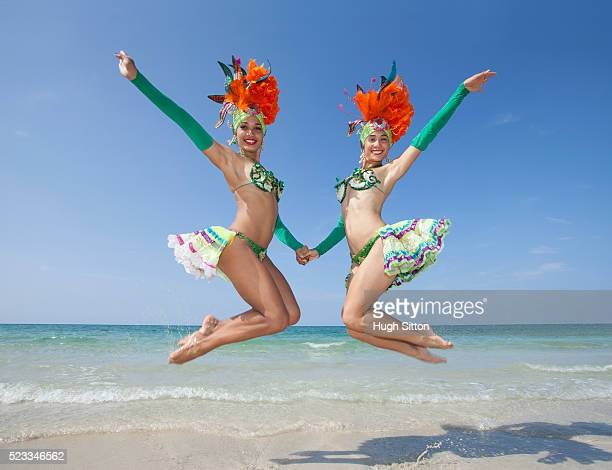 tropicana dancers at the beach. havana. cuba. - hugh sitton stock-fotos und bilder
