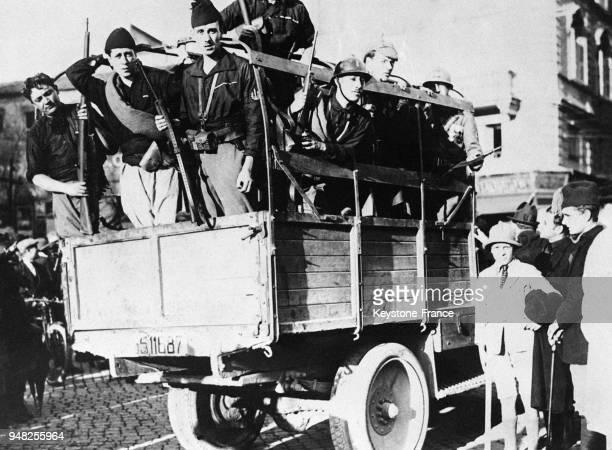 Troupes fascistes en camion entrant dans Rome Italie en octobre 1922