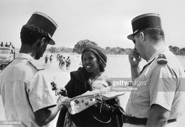 Troupes françaises en Somalie pour la répression du mouvement antifrançais pendant le référendum des soldats français discutant avec une Somalienne à...