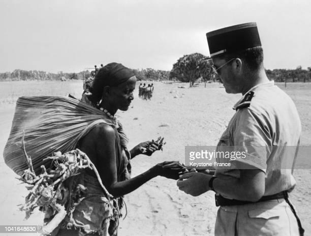 Troupes françaises en Somalie pour la répression du mouvement antifrançais pendant le référendum un soldat français discutant avec une Somalienne à...