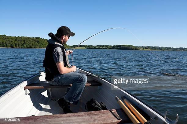 Truite de la pêche à la mouche, serré ligne succès sur bateau d'aviron