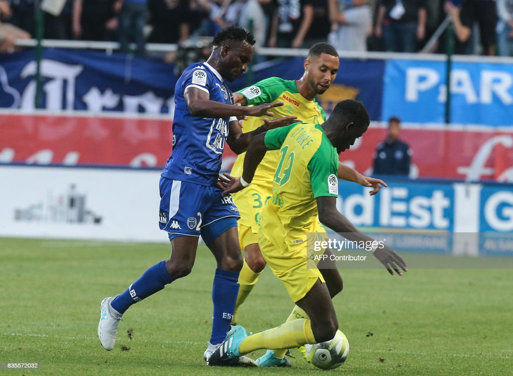 Troyes' defender Christophe Herelle (L) vies with Nantes' midfielder Abdoulaye Touré (R) during the French Ligue 1 football match between Troyes and Nantes on August 19, 2017 at the Aube stadium in Troyes. /