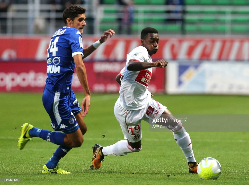 Troyes' French defender François Bellugou (L) vies with Toulouse's Brazilian midfielder Wergiton Somalia (R) during the French L1 football match between Troyes (ESTAC) and Toulouse (TFC) on September 9, 2017, at the Aube Stadium in Troyes, eastern France. /