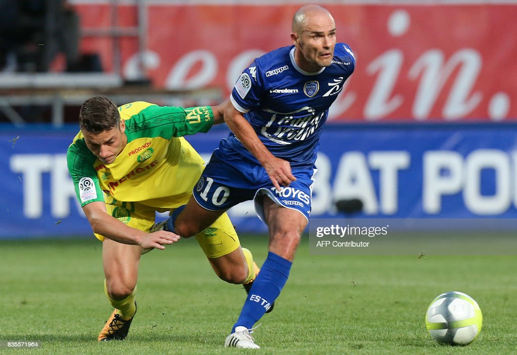 Troyes' French midfielder Benjamin Nivet (R) vies with nantes' forwaer Andreï Girotto (L) during the French Ligue 1 football match between Troyes and Nantes on August 19, 2017 at the Aube stadium in Troyes. /