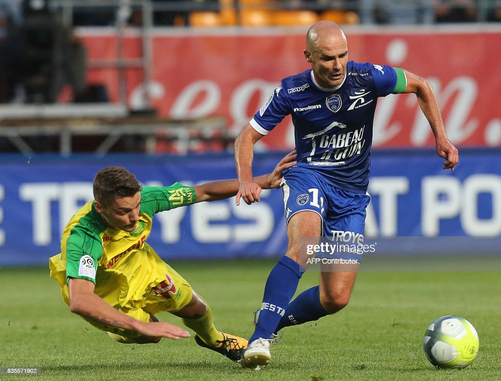 Troyes' French midfielder Benjamin Nivet (R) vies with nantes' forward Andreï Girotto (L) during the French Ligue 1 football match between Troyes and Nantes on August 19, 2017 at the Aube stadium in Troyes. /