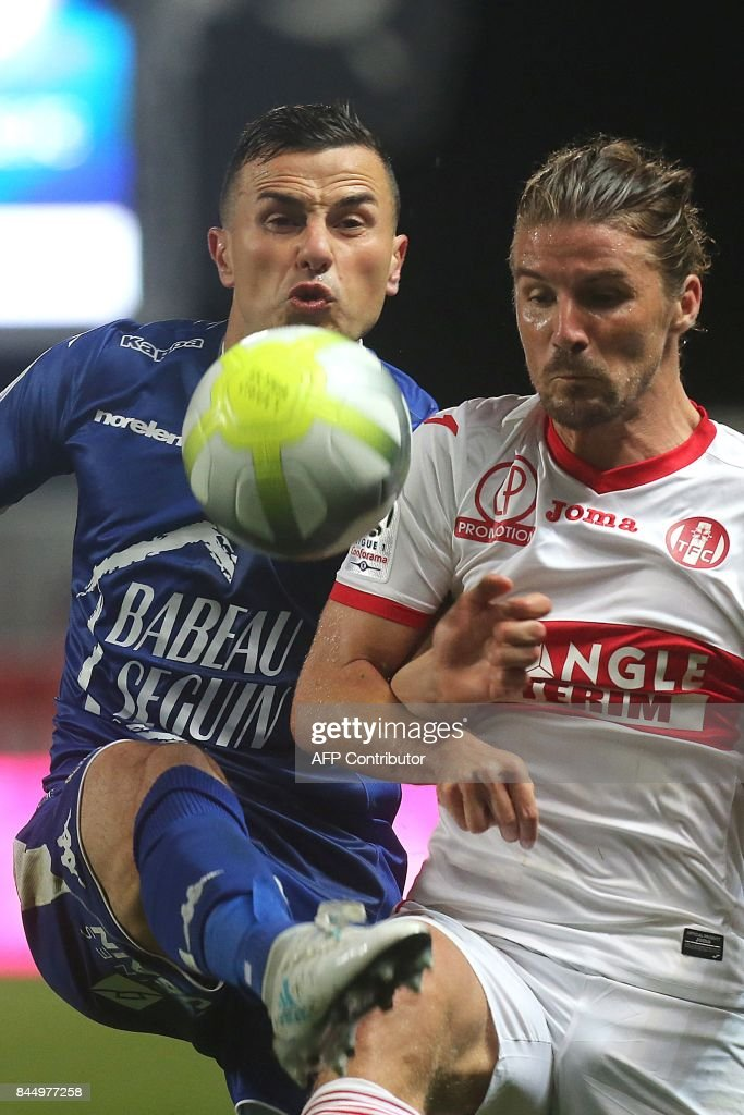 Troyes' French midfielder Karim Azamoum (L) vies with Toulouse's French midfielder Yannick Cahuzac (R) during the L1 football match between Troyes and Toulouse on September 9, 2017 at the Aube Stadium in Troyes. /