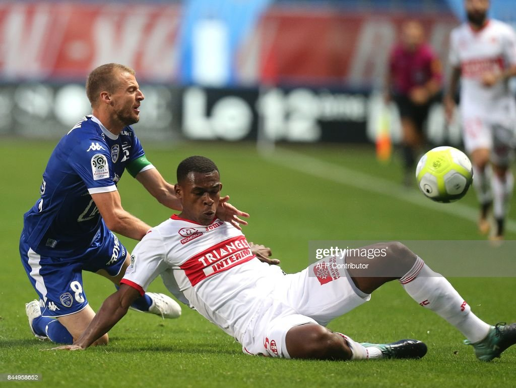 FBL-FRA-LIGUE1-TROYES-TOULOUSE : News Photo
