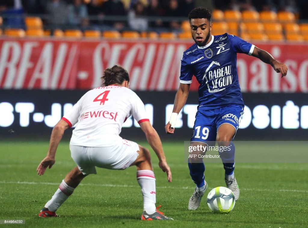 Troyes' French midfielder Tristan Dingome (R) vies with Toulouse's French midfielder Yannick Cahuzac (L) during the French L1 football match between Troyes (ESTAC) and Toulouse (TFC) on September 9, 2017, at the Aube Stadium in Troyes, eastern France. /