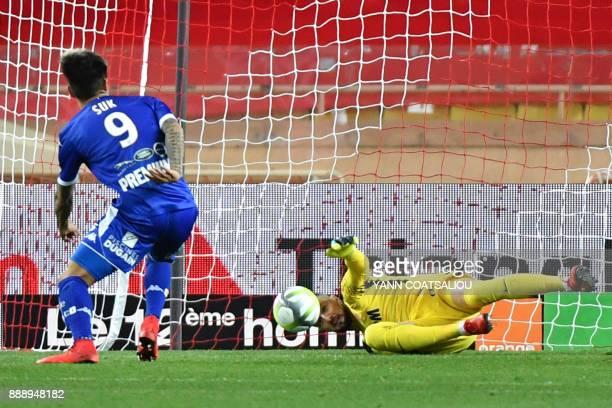 Troyes' South Korean forward HyunJun Suk scores a free kick past Monaco's Croatian goalkeepter Danijel Subasic during the French L1 football match AS...