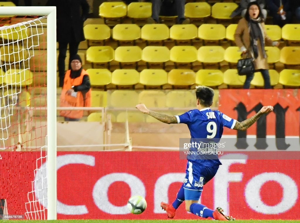 Troyes' South Korean forward Hyun-Jun Suk shoots and scores a goal during the french L1 football match Monaco (ASM) vs Troyes at The Louis II Stadium in Monaco on December 9, 2017. /