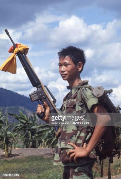 Très jeune militaire armé sur la route de Saïgon Vietnam en avril 1975