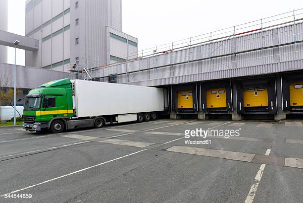 truck at a loading bay - loading dock stock pictures, royalty-free photos & images