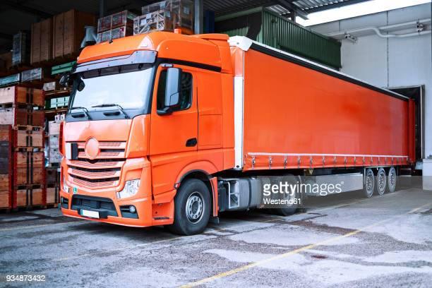truck at loading bay - lkw stock-fotos und bilder