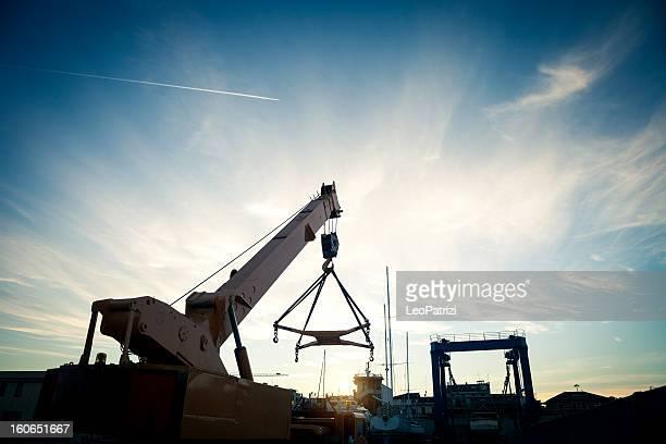 camión de grúa en el puerto - estela grande fotografías e imágenes de stock