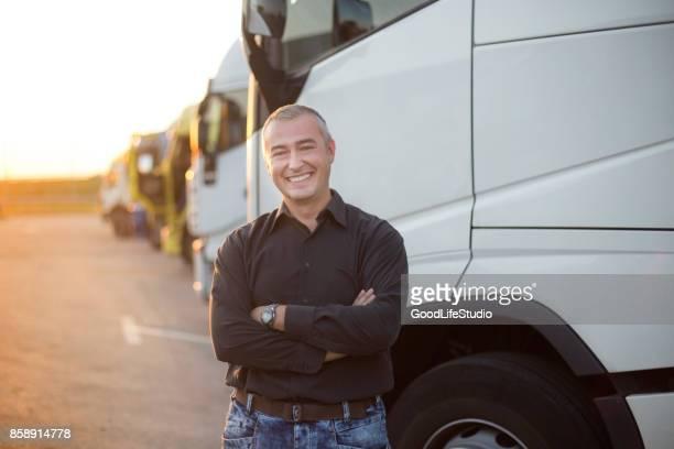 motorista de caminhão - caminhão - fotografias e filmes do acervo