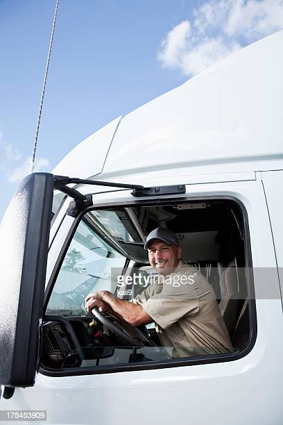 Motorista de Camião sentado na cabina de Camião Articulado