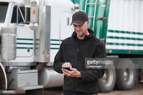 lastwagenfahrer mit smartphone - nordamerika stock-fotos und bilder