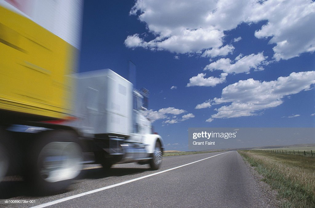 Truck driving on highway, blurred motion : Stockfoto