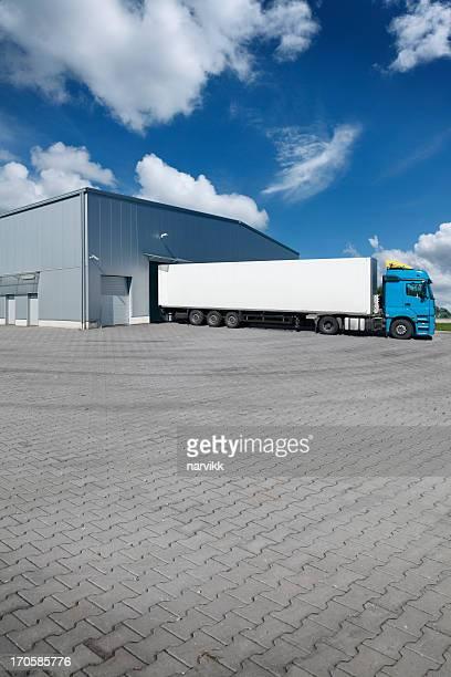 Camion dans un entrepôt