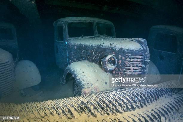 truck inside the hoki maru shipwreck, truk lagoon, micronesia. - lagon chuuk photos et images de collection