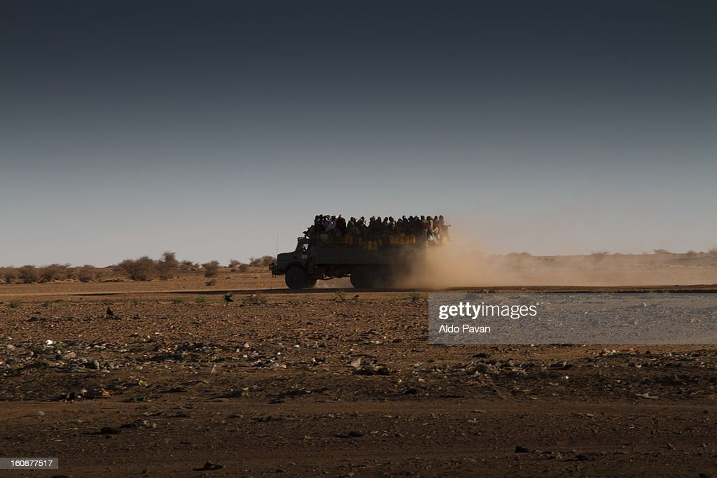 Truck load of migrants crossing the desert : Stock Photo