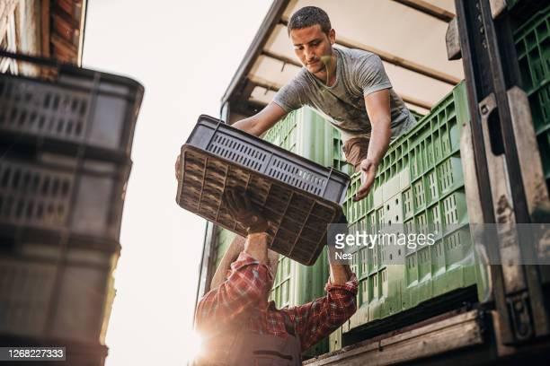 het laden van de vrachtwagen - food truck stockfoto's en -beelden