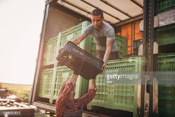 トラック積み込み - 積荷を降ろす ストックフォトと画像