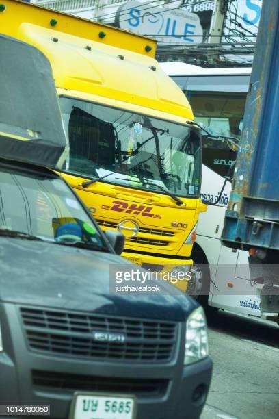 バンコクの交通渋滞で DHL のトラック