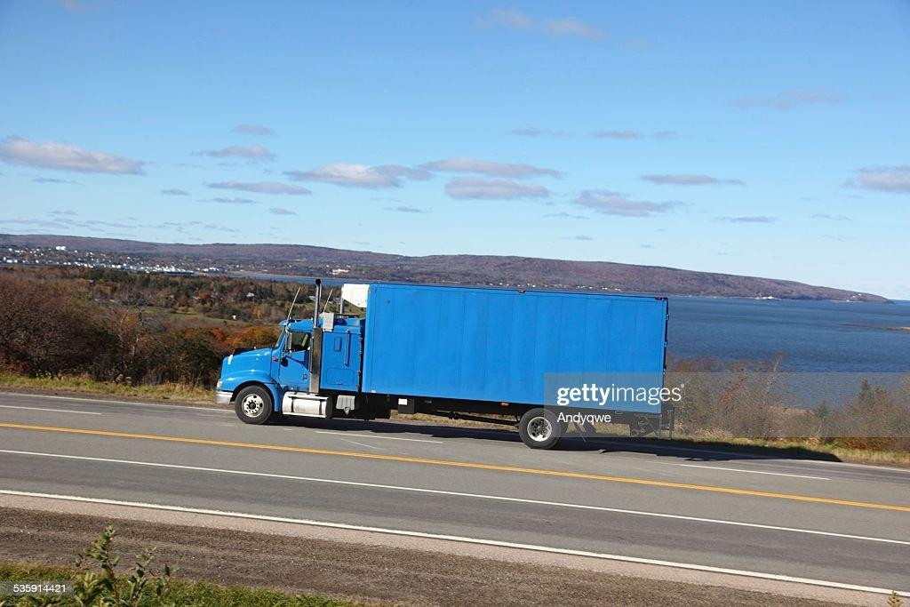 Em uma Estrada de camiões : Foto de stock