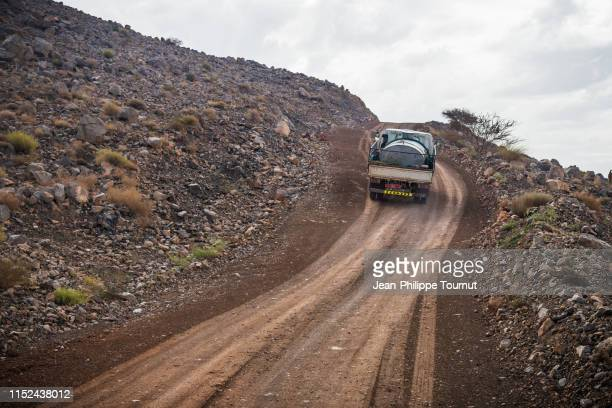 truck on a very steep climb in the al hajar mountains, sultanate of oman, arabian peninsula - terreno accidentato foto e immagini stock