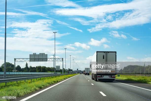 Lkw auf der Autobahn (rechts Fahrt)