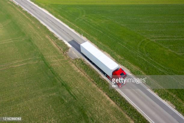 vrachtwagen op de weg, luchtmening - food truck stockfoto's en -beelden