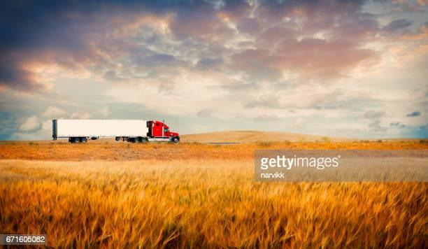 Vrachtwagen onderweg op platteland