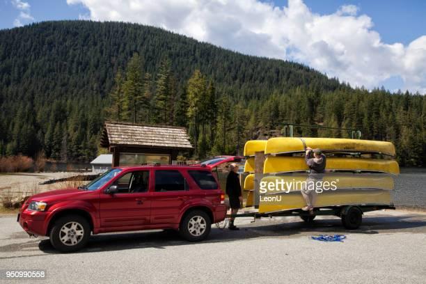 une remorque de camion tirée équipée de canots à la plage, bc, canada - bateau de plaisance photos et images de collection